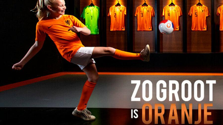 Meisje met voetbal Zo Groot is Oranje