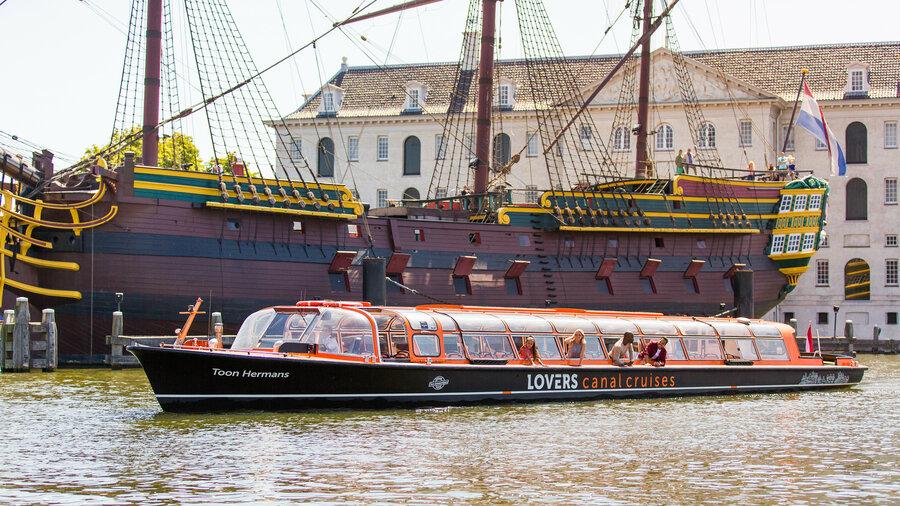 Boot van Lovers voor het Scheepvaartmuseum