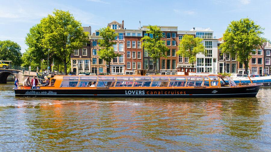 Oranje zwarte boot op gracht