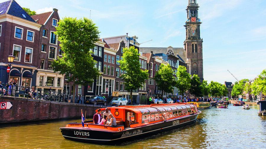 Rondvaartboot in gracht in Amsterdam