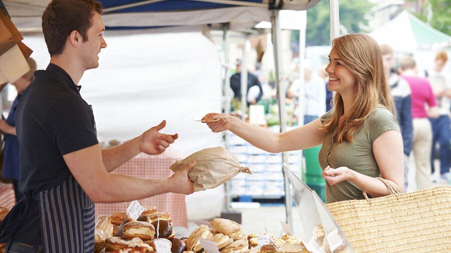 Vrouw koop brood op markt