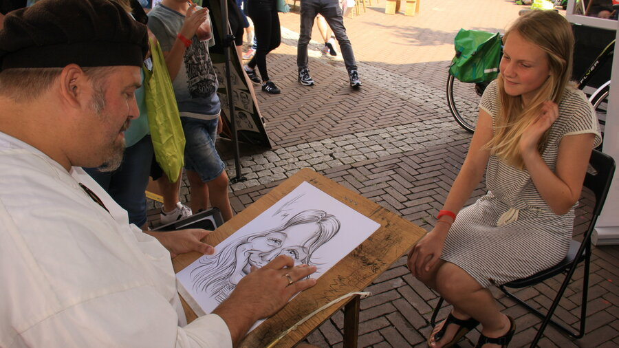 Man tekent karikatuur van meisje