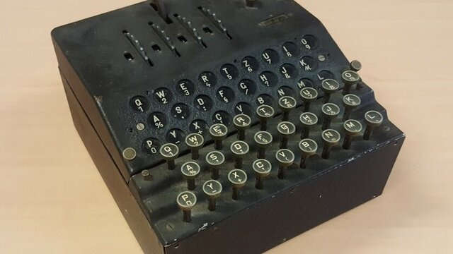 De Enigma G codeermachine van Oorlogsmuseum Overloon