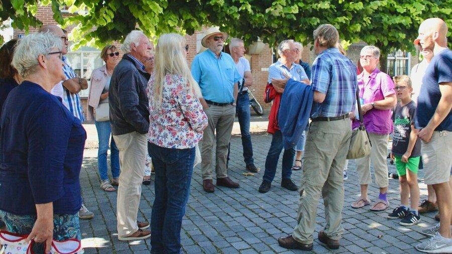 Mensen tijdens een stadswandeling met een gids in Vlissingen