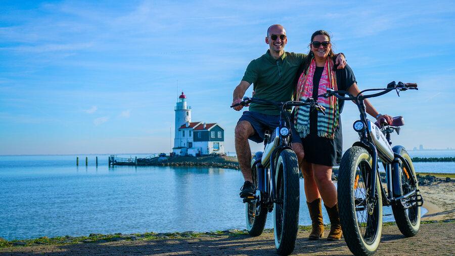 Man en vrouw met E-fatbikes voor vuurtoren