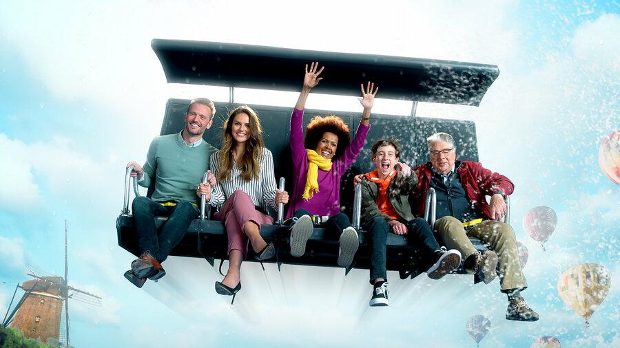 Vijf mensen die op een bank zitten met opspattend water