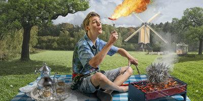 Man met peper, vlam en een rokende barbecue