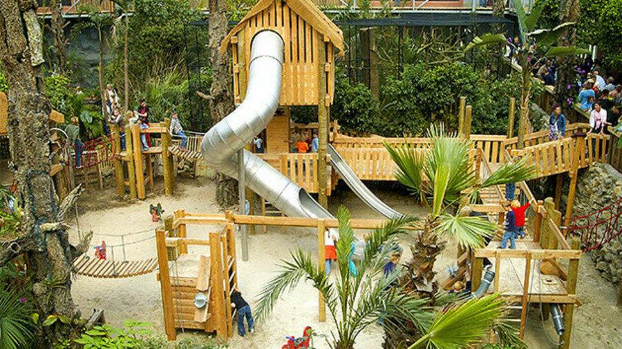 Speeltuin met glijbanen en loopbrug