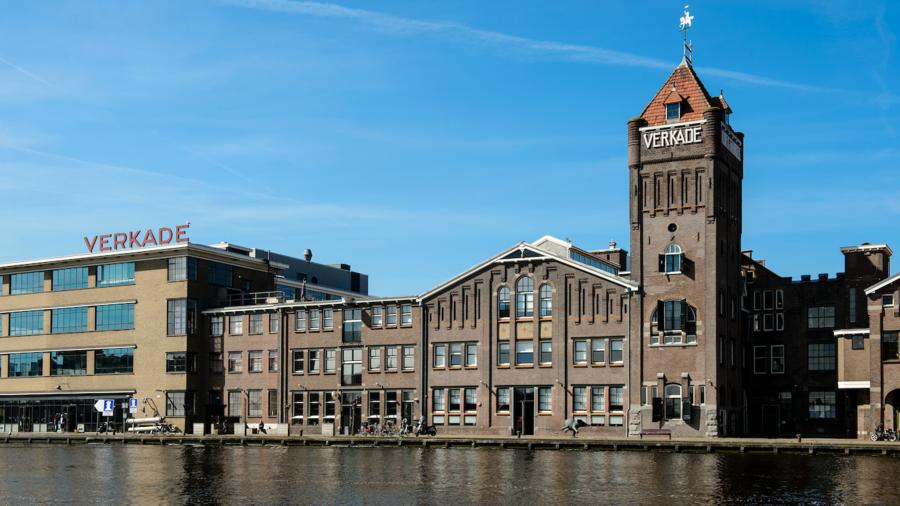 Verkadefabriek aan het water