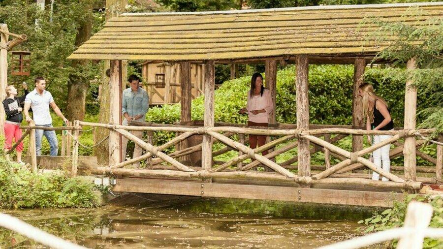 Midgetgolf op een brug