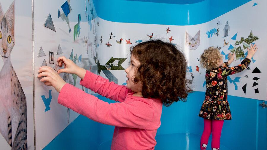 Kinderen spelen met puzzelstukken