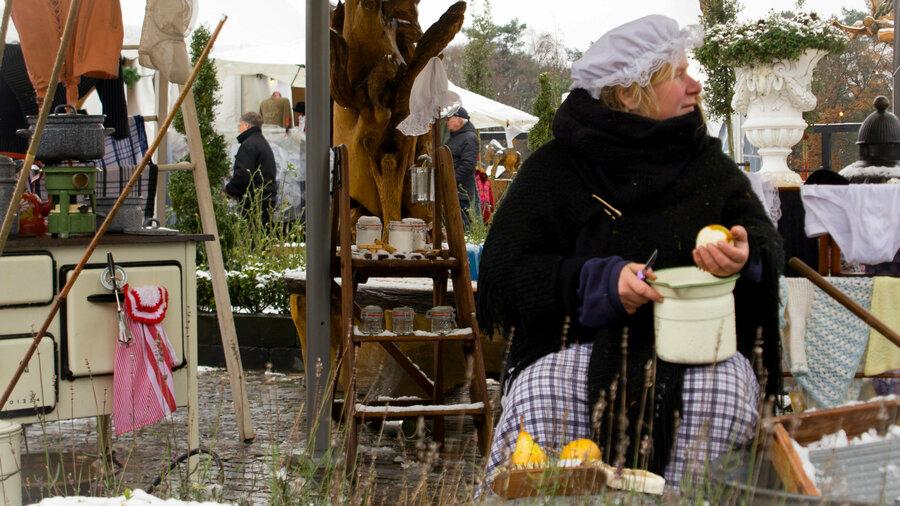 Vrouw snijdt peren voor een buitenkraam