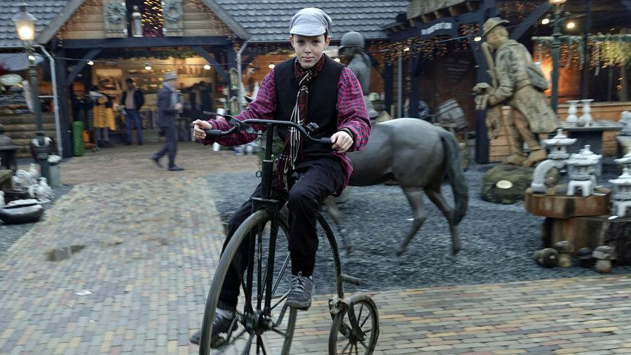 Jongen op ouderwetse fiets