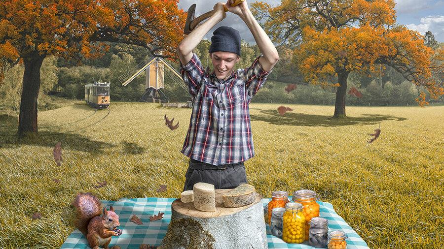 Man met bijl probeert kaas door te hakken. Eekhoorn eet een nootje.