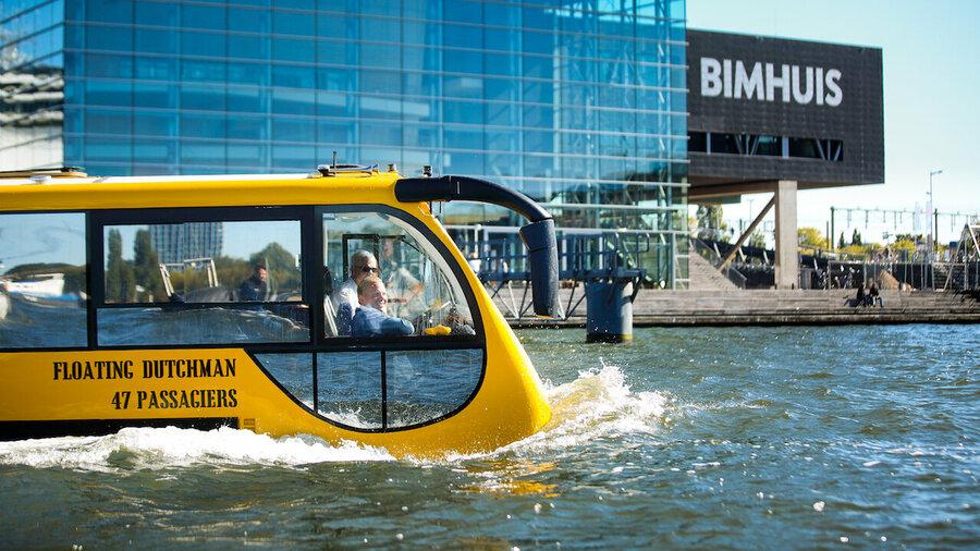 Bus Splashtours vaart in het water