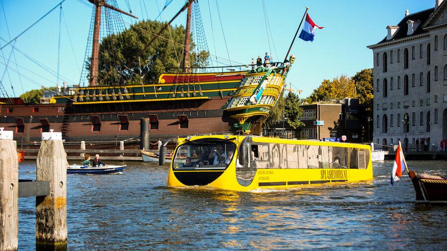 Bus Splashtours vaart langs Het Scheepvaartmuseum