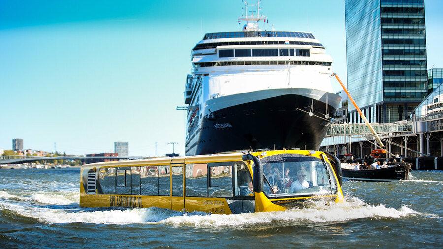 Splashtours in het water langs een cruiseschip
