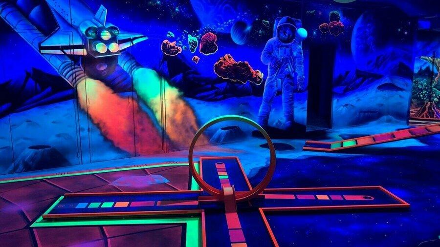 GlowGolf baan ruimte bij Van der Ende Racing Inn