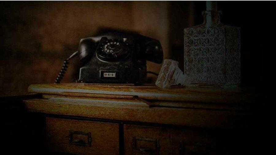 Telefoon en whiskeyfles