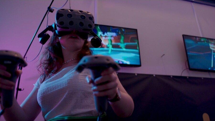 VR bril op en controllers in je handen.