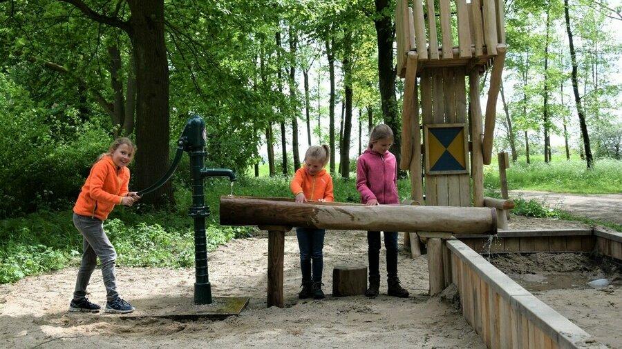 Buiten spelende kinderen bij Kasteel Doorwerth