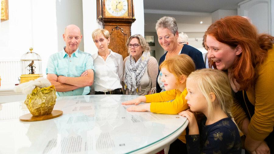 Gezin bekijkt collectie in Museum Speelklok
