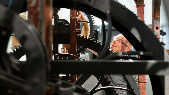 Man bewondert mechanisme groot draaiorgel in Museum Speelklok