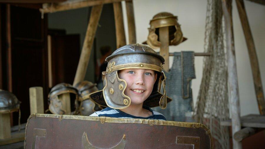 Kind verkleed als Romeinse soldaat in Museumpark Archeon