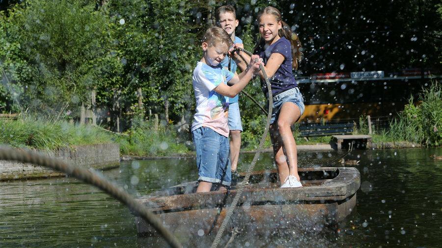 Kinderen op vlot in Nederlands Openluchtmuseum Arnhem