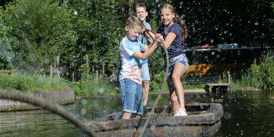 Kinderen op vlot in Nederlands Openluchtmuseum