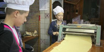 Bakkende kinderen bij Bakkerijmuseum de Oude Bakkerij