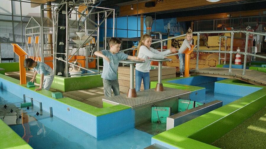 Kinderen spelen in museum en werf Batavialand