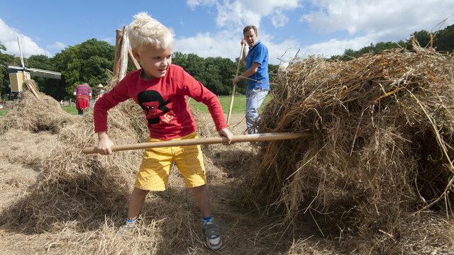 Kind helpt hooien op boerderij Nederlands Openluchtmuseum Arnhem