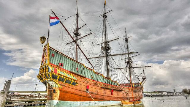 Replica van VOC schip in Batavialand werf