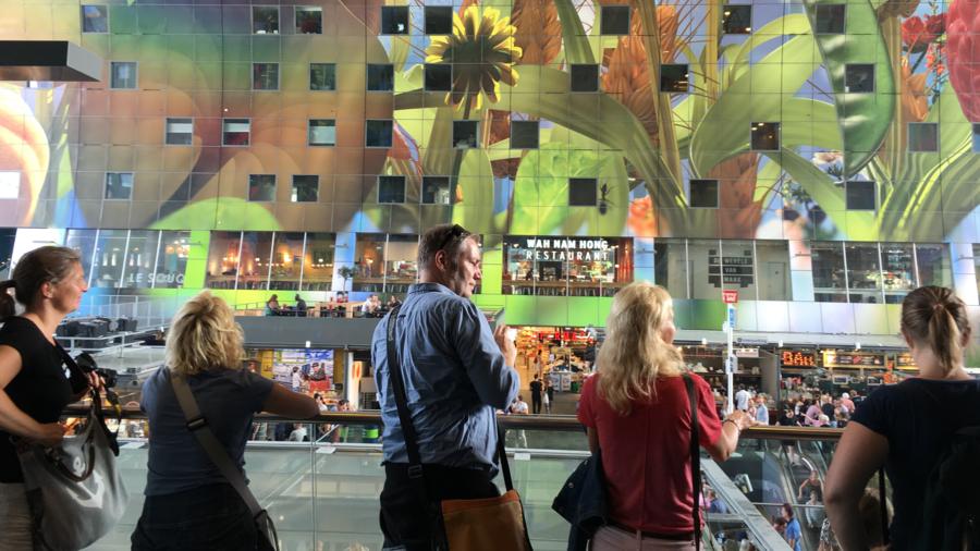 Publiek bij de Markthal in Rotterdam vanuit SeeRotterdam