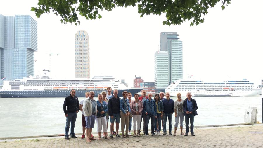 Groep bezoekers van SeeRotterdam voor de cruiseschepen in Rotterdam