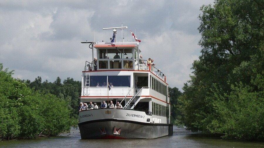 Boot vaart door de Biesbosch