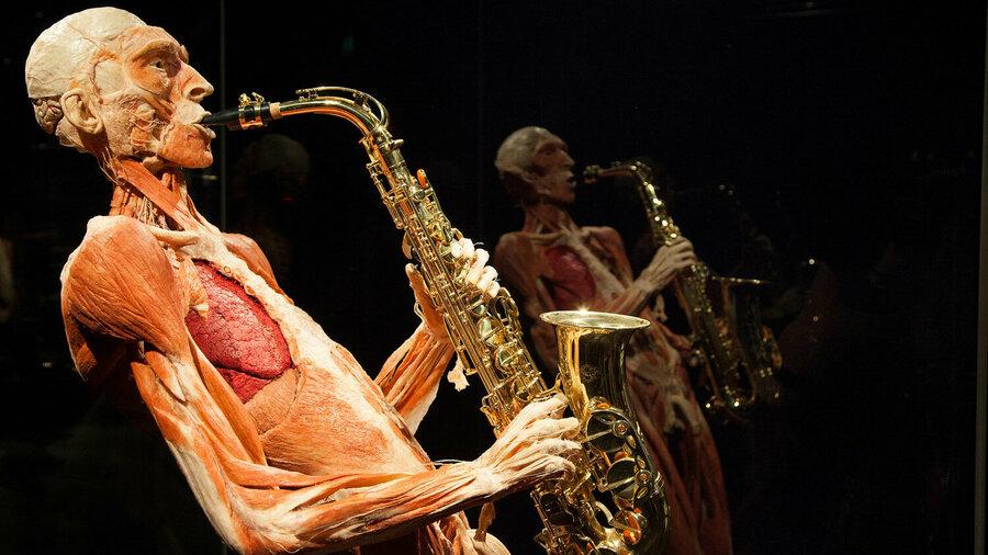 Menselijk lichaam dat saxofoon speelt
