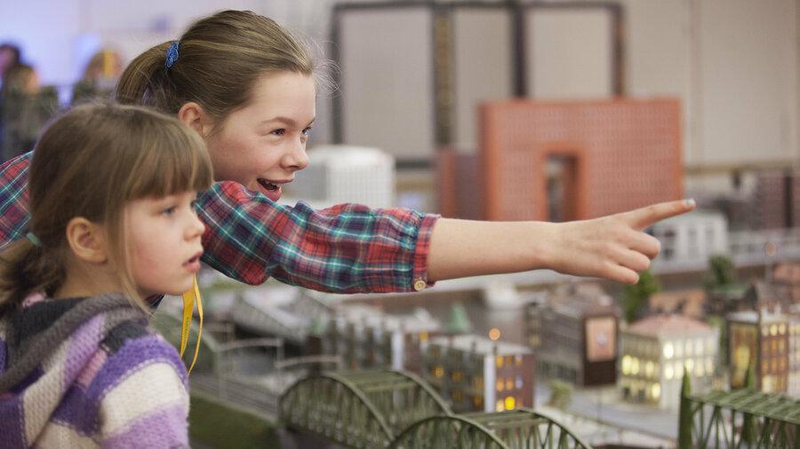 Brug met wijzende kinderen in Miniworld Rotterdam