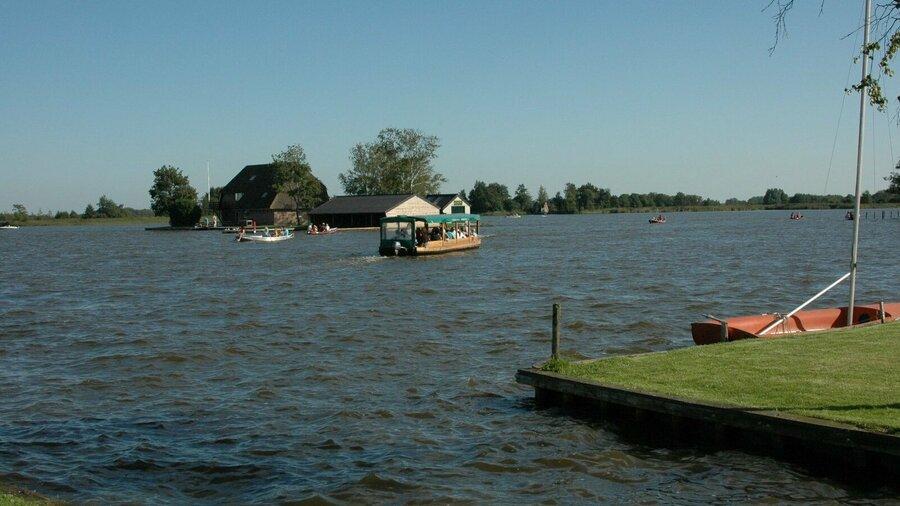 De rondvaartboot van de rietstulp vaart door giethoorn