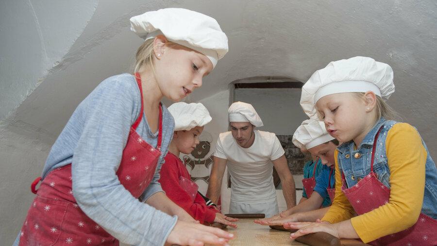 Samen met de bakker speculaas maken