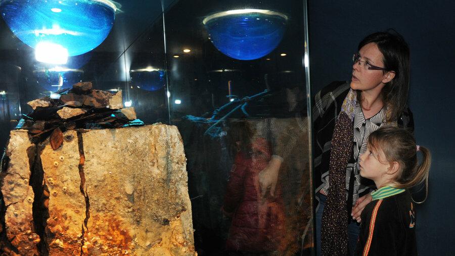 Kind met moeder bij tentoonstelling in het Zeeuws museum MuZEEum