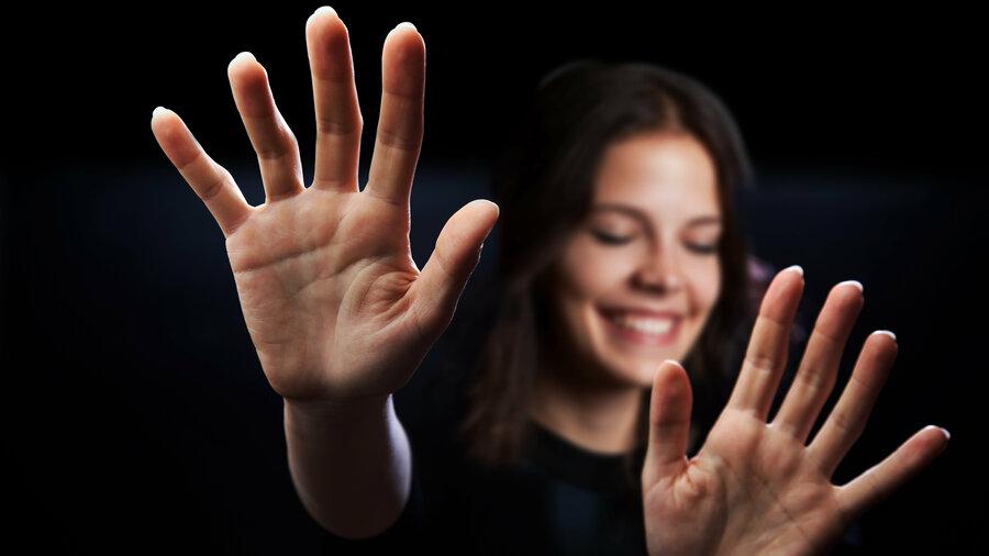 Vrouw tast in het duister. Ervaar in muZIEum hoe het is om blind of slechtziend te zijn