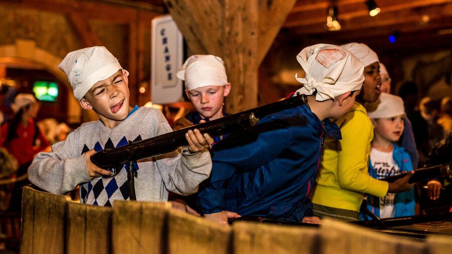 Jongens verkleed als piraat schieten met geweren