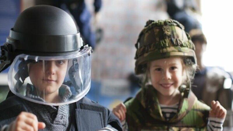 Kinderen verkleed als Marechaussee bij het marechausseemuseum