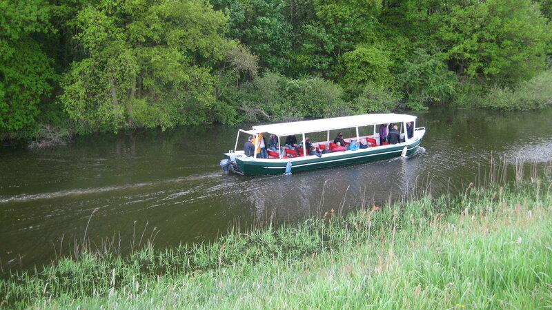 Rondvaartboot Vadesto in het Apeldoorns Kanaal in Hattem