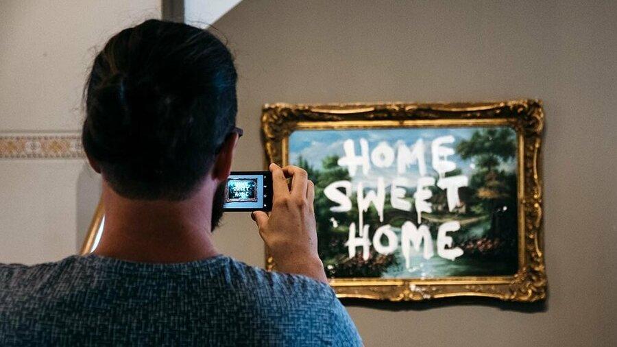 Man maakt foto van kunstwerk in Moco Museum