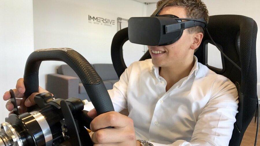 Lachende bestuurder die Virtual reality ervaart bij Immersive in Almere