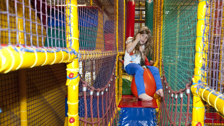 Meisje op speeltoestel