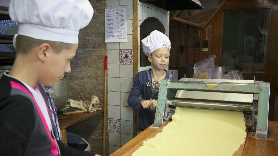 jongens in de oude bakkerij in medemblik